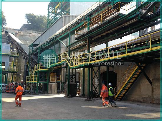 Gitterroststufen für fest montierte Steigleitern in einer Extraktionsanlage