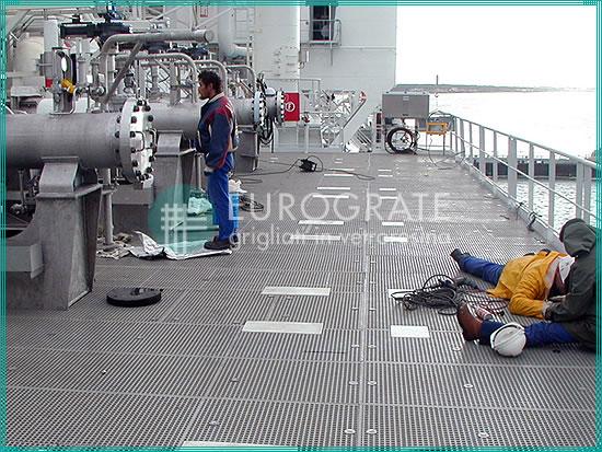 GFK-Geländer und Gitterroste zum Schutz der Beschäftigten auf einem Schiff