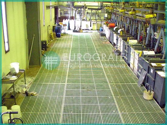 Bodenbeläge mit Gitterrosten aus glasfaserverstärktem Kunststoff in einer Galvanisierungsanlage