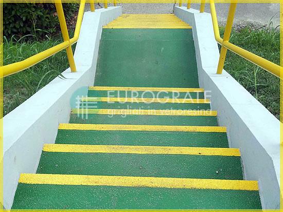 Betontreppen mit GFK-Stufenabdeckungen verhindern das Ausrutschen von Personen