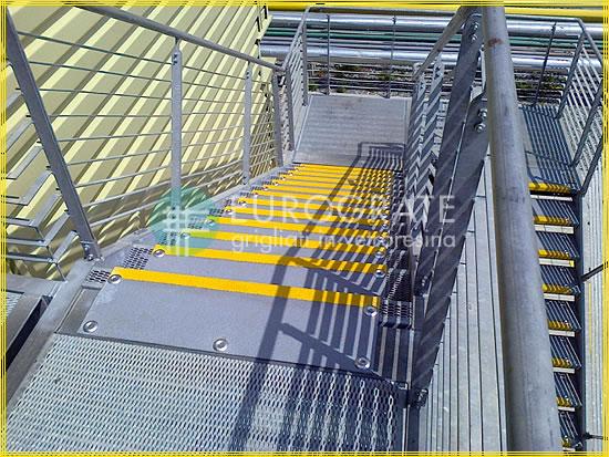 GFK-Stufenabdeckungen auf Metallgitterrosten