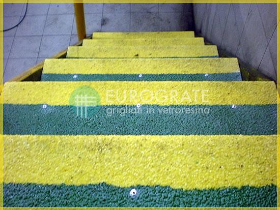 Die grüne und gelbe Farbe der Stufenabdeckungen macht die Stufen bei geringer Beleuchtung gut erkennbar